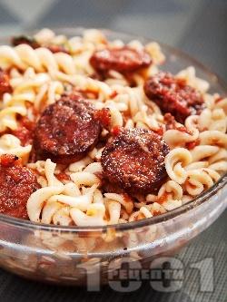 Паста фузили с наденички, пармезан и доматен сос - снимка на рецептата